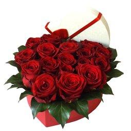 Cutie inima cu trandafiri rosii